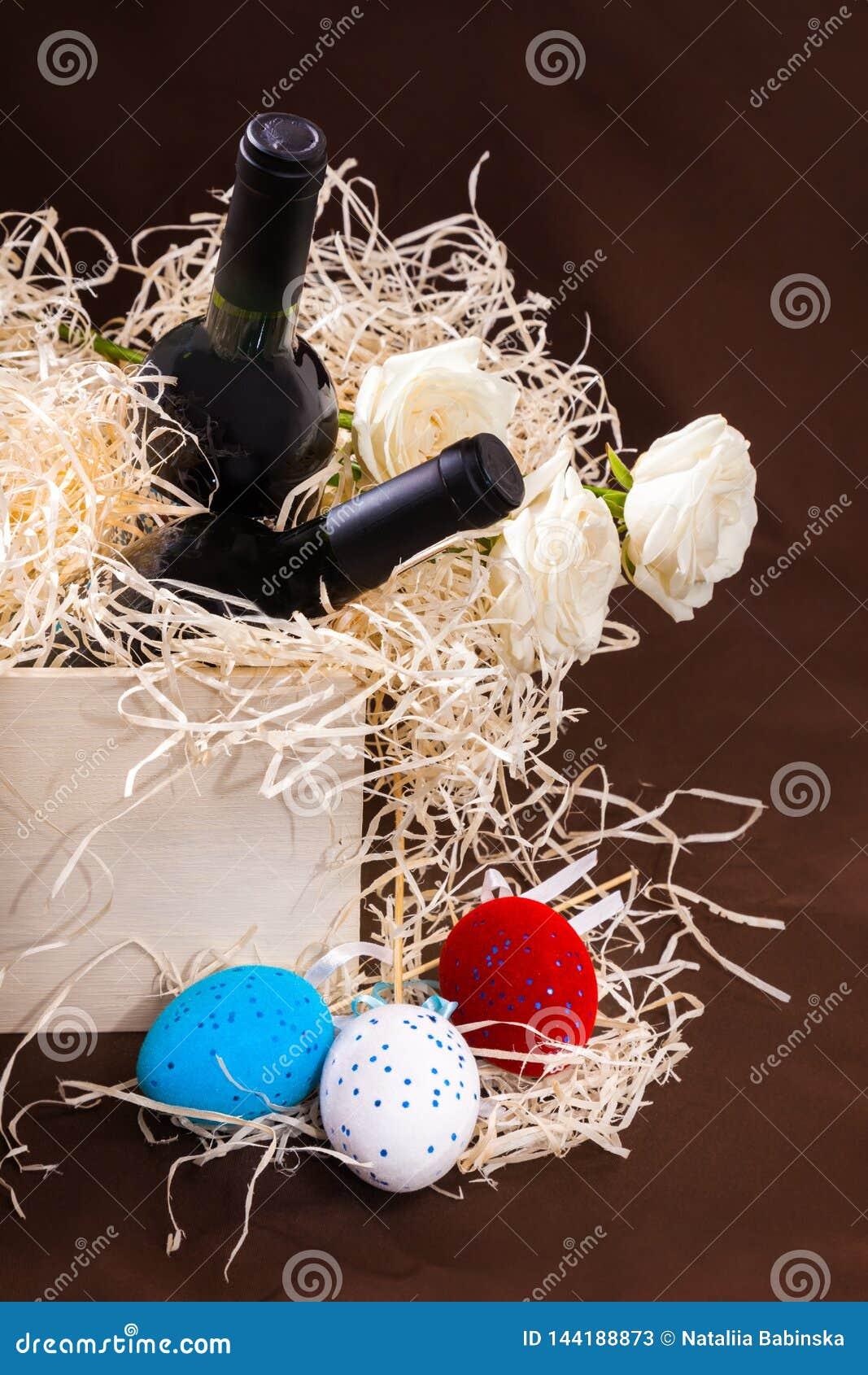 Pasen toe twee nam de de eierendoos van de flessenwijnstok lade de houten blauwe witte rode strosplinters de weinig gele Nederlan