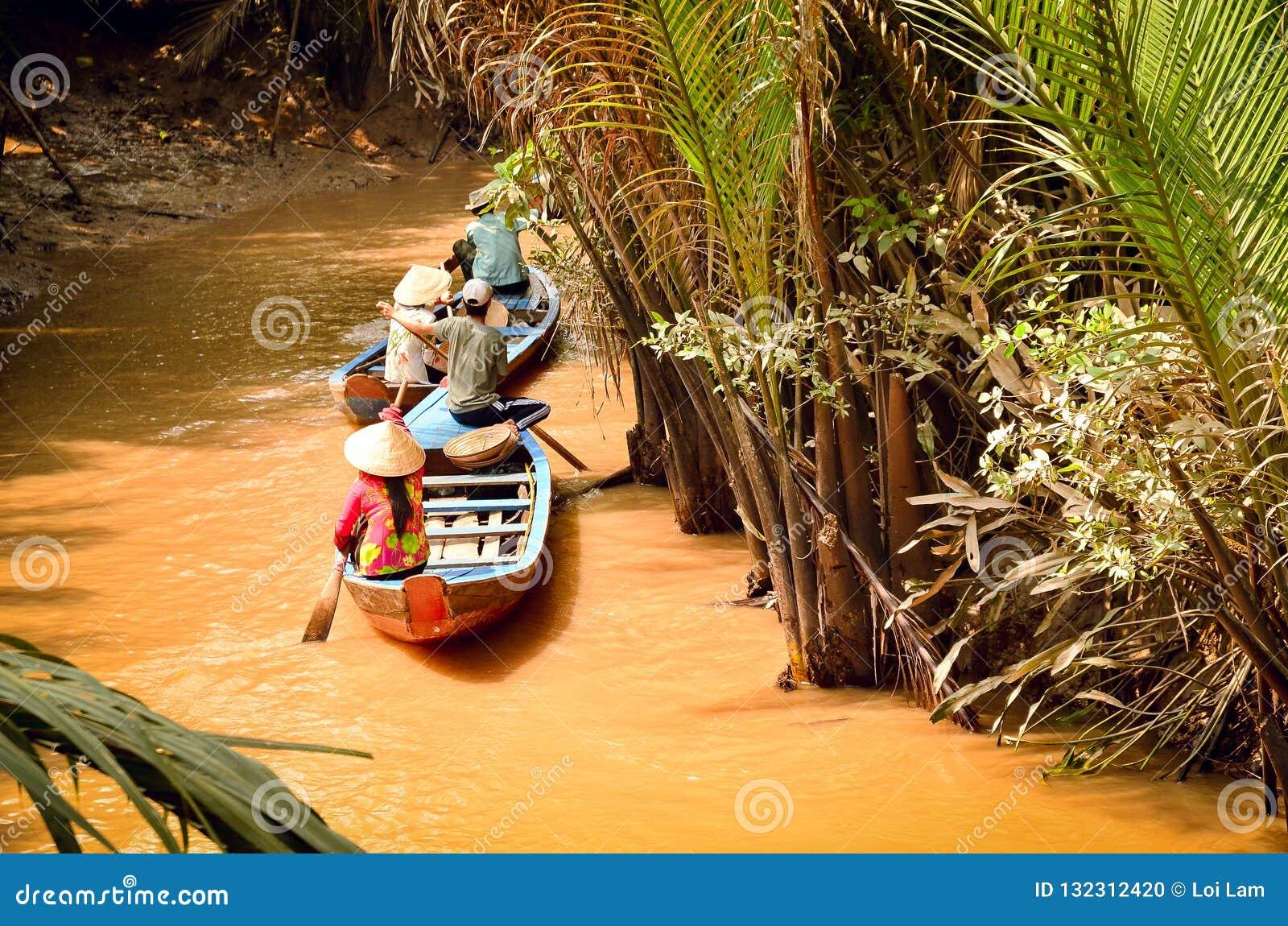Paseo del barco en el río