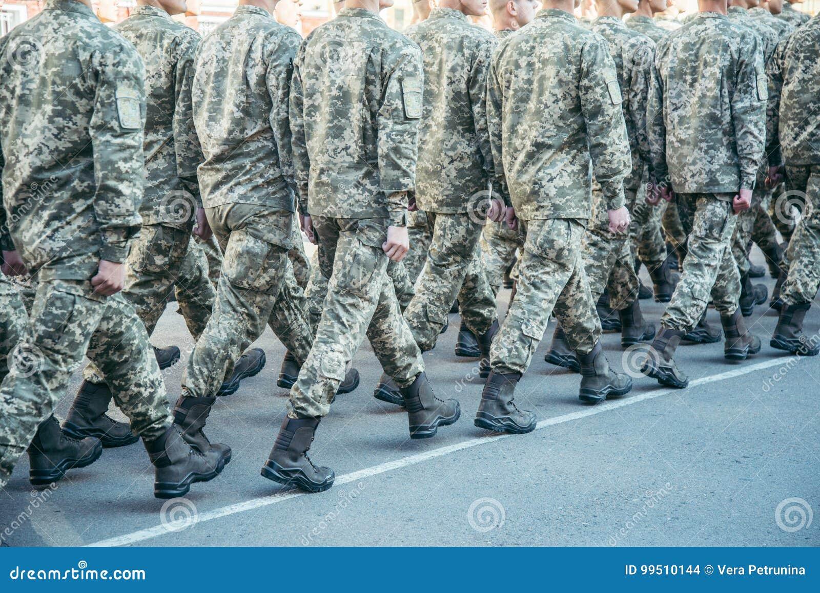 Paseo del ejército de las botas de los militares la tierra de desfile