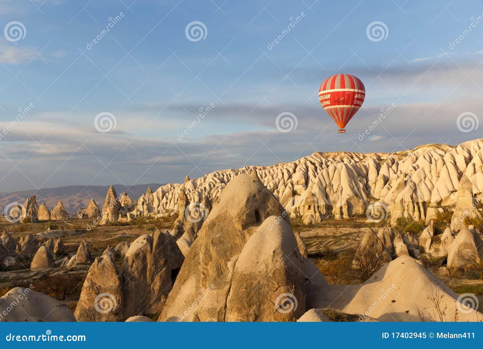 Paseo del globo del aire caliente de la puesta del sol en Cappadocia, Turquía
