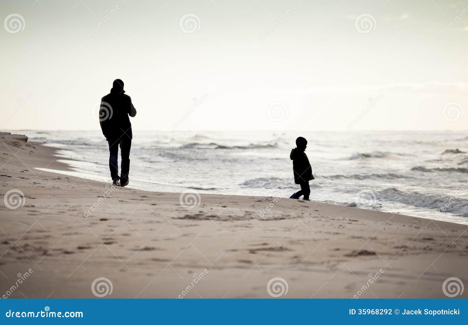 Paseo del otoño en una playa