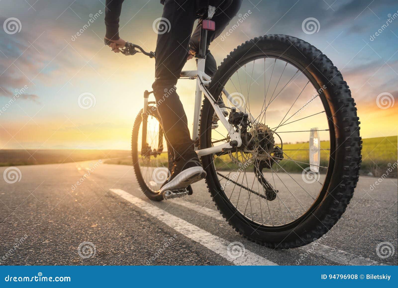 Paseo en la bici en el camino