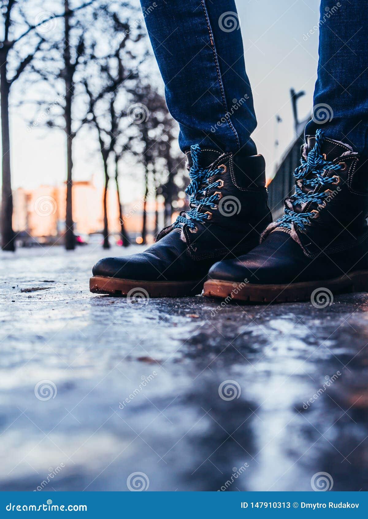Paseo en las nuevas botas en el parque del invierno