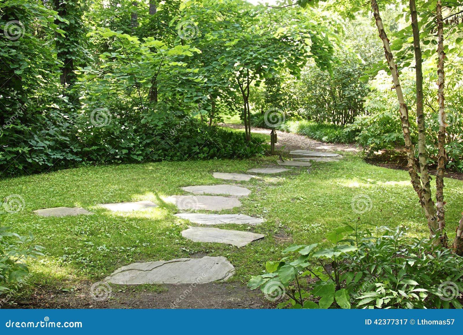 Paseo japon s de la losa del jard n foto de archivo - Losas de jardin ...