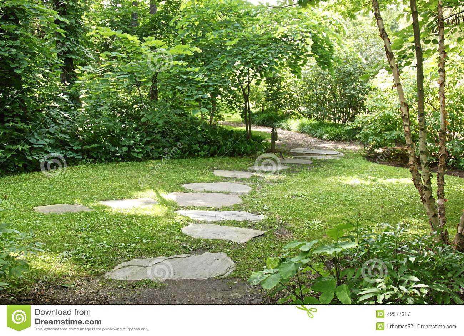 Paseo japon s de la losa del jard n imagen de archivo imagen 42377317 for Dalle de jardin chez castorama
