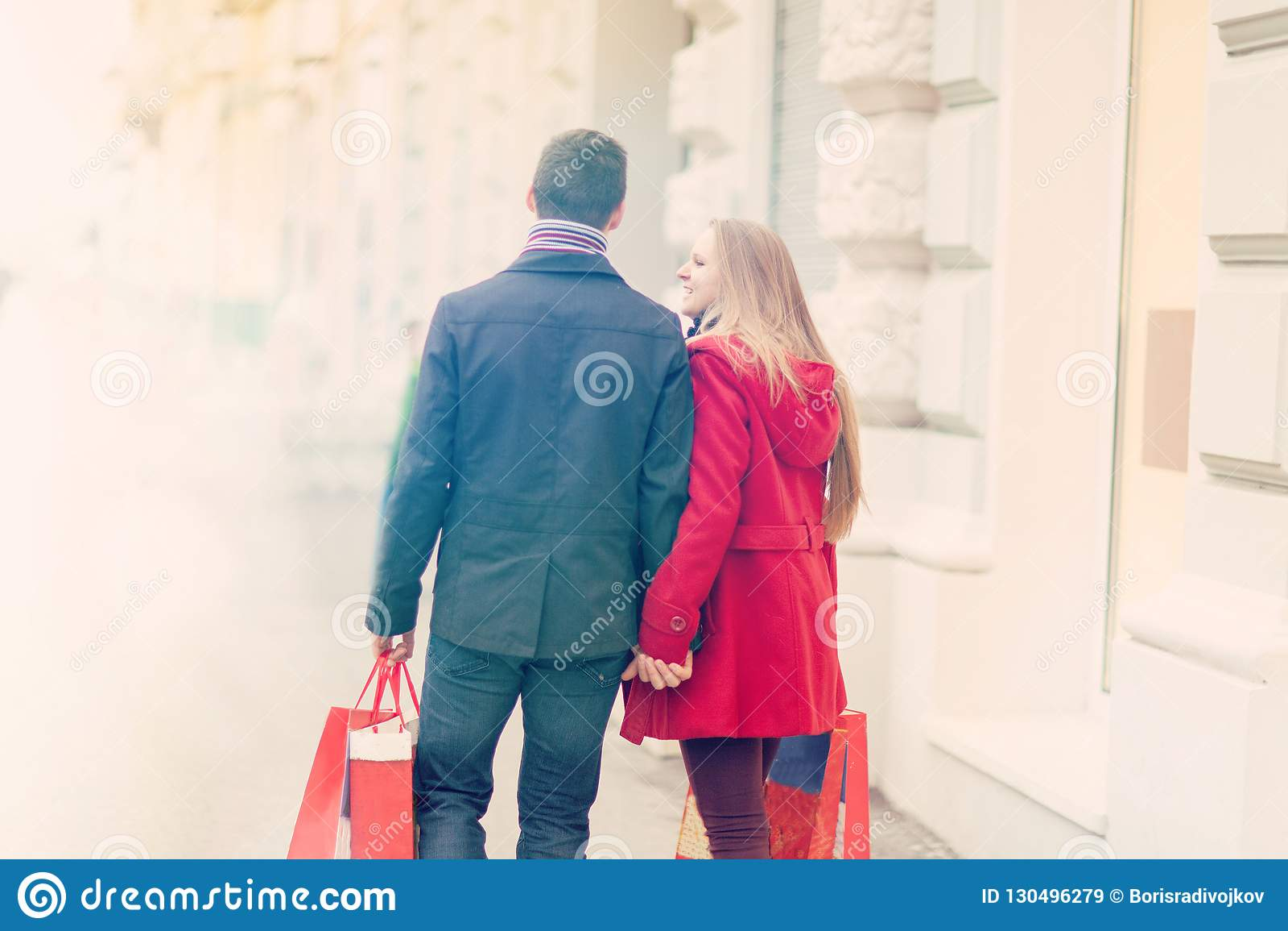 Paseo joven de los pares en la ciudad, celebrando día de San Valentín que se sostiene sh