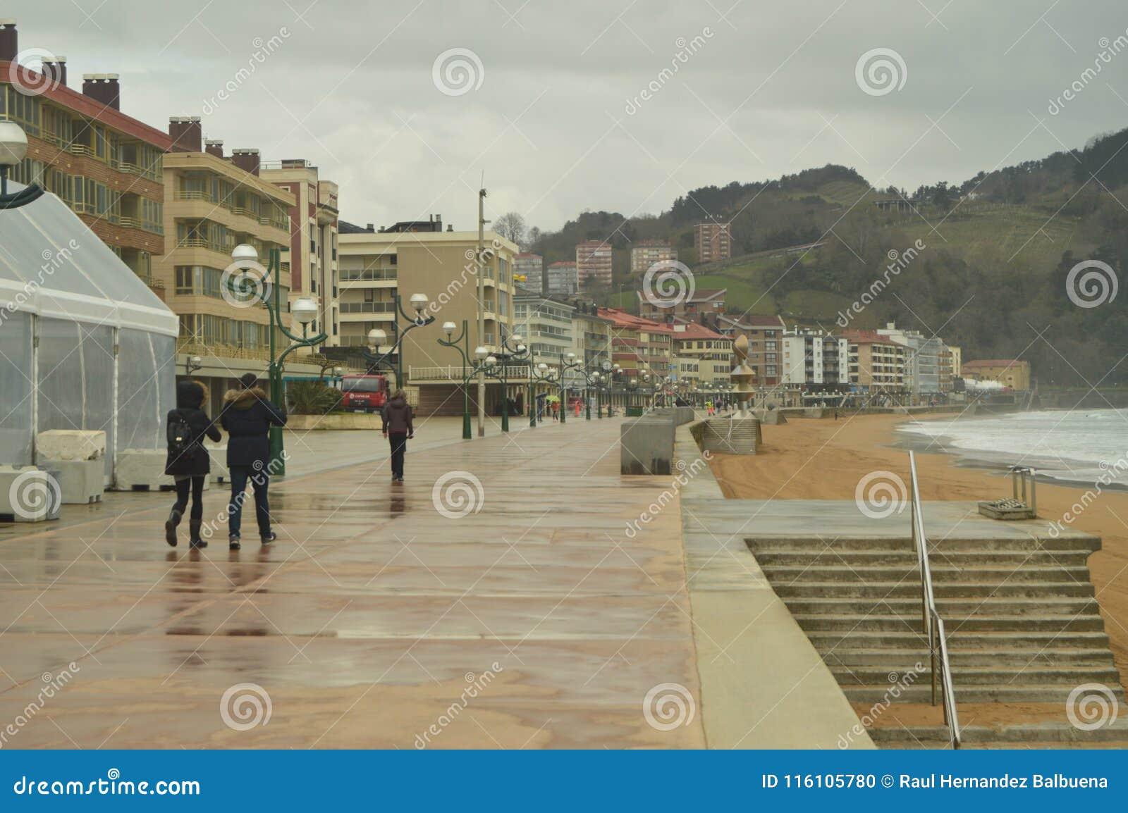 Paseo marítimo infinito de Zarauz en un día lluvioso con el fuerte viento causado por el Hugo temporal Naturaleza del viaje de lo