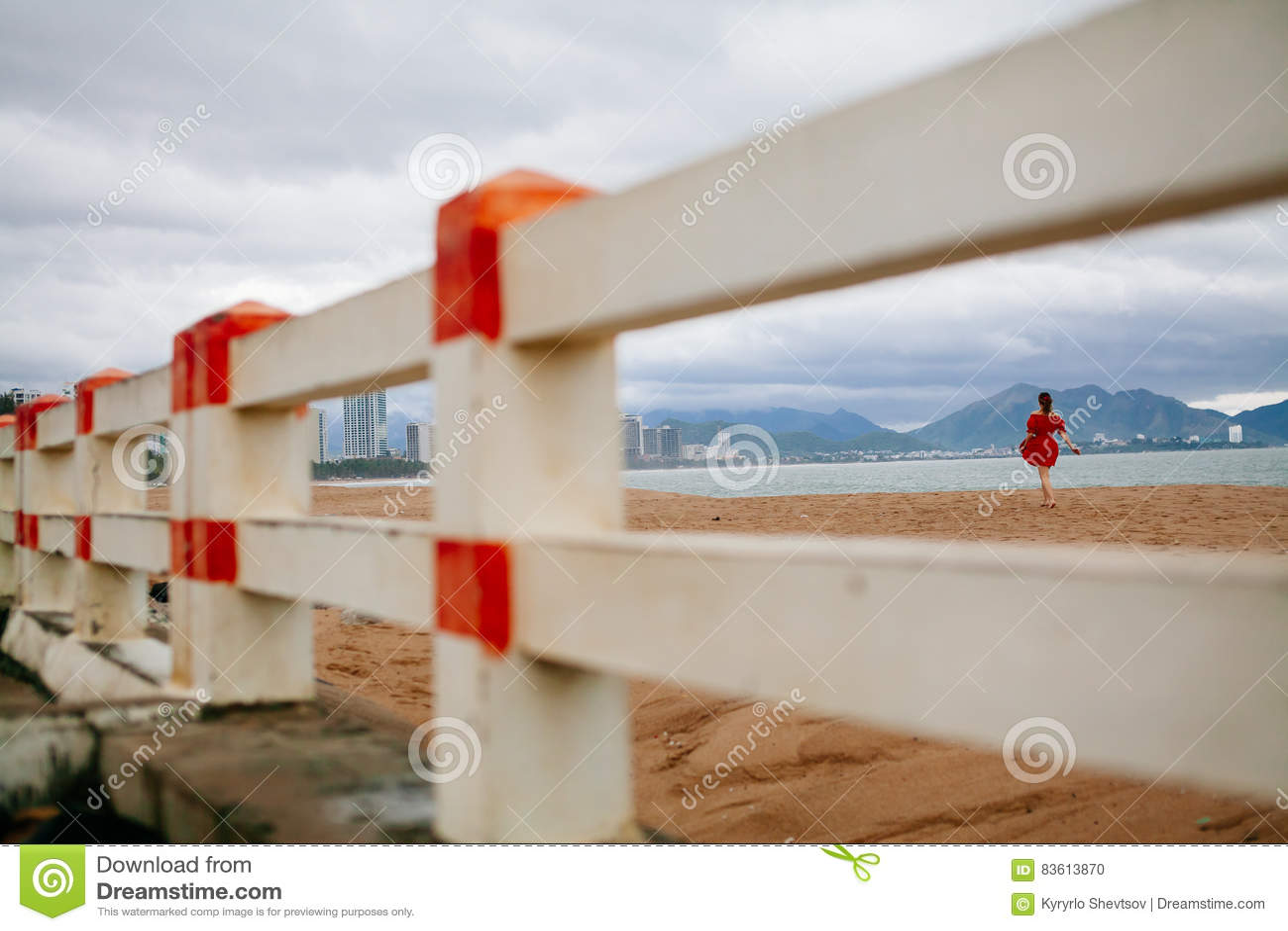 Paseo romántico de la mujer en la playa