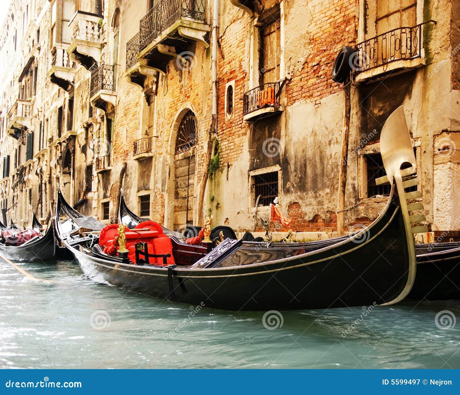 Paseo tradicional del gandola de Venecia