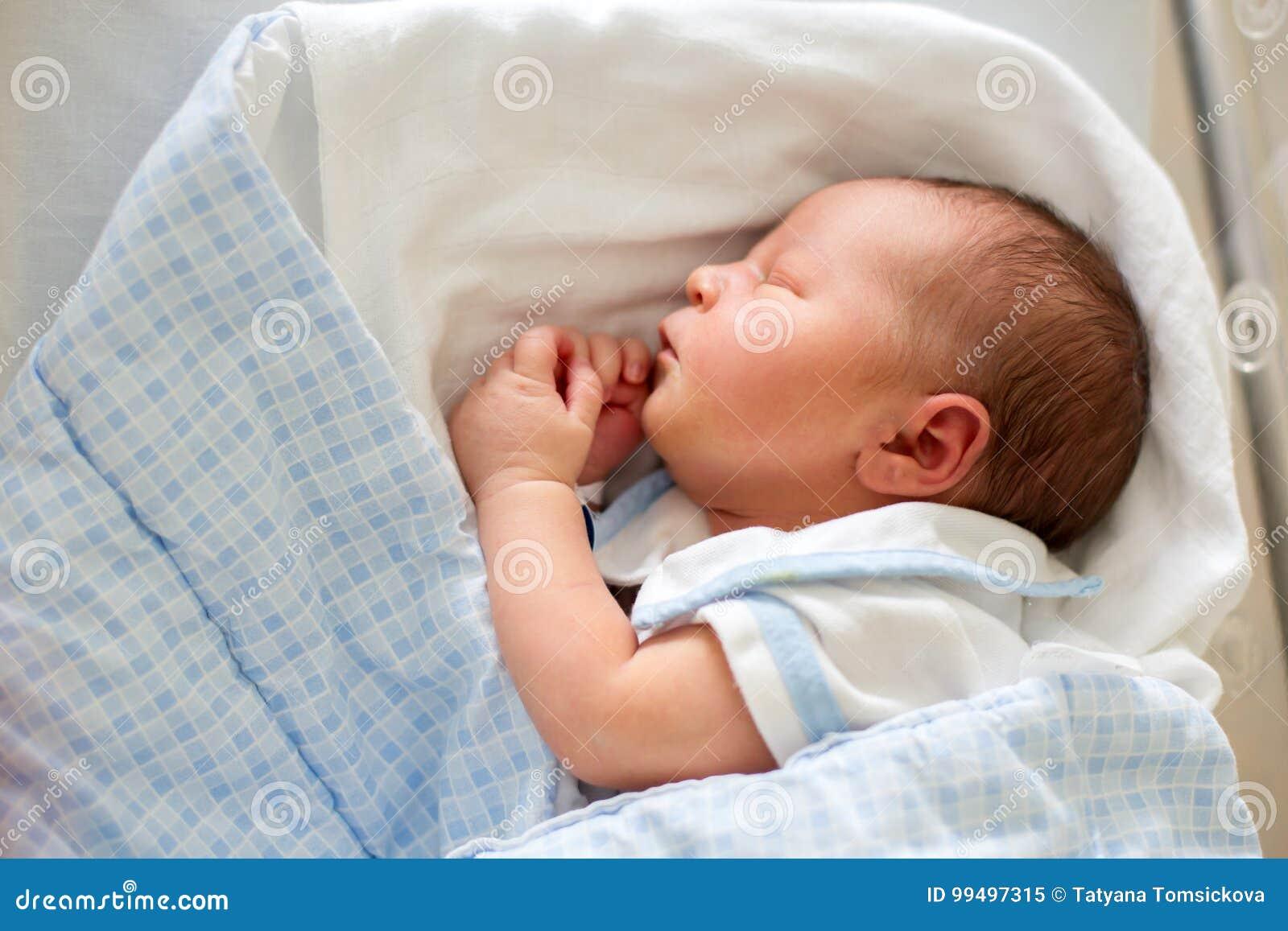 Pasgeboren baby die in voederbak in het prenatale ziekenhuis leggen