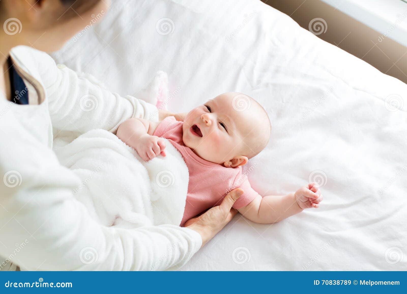 Pasgeboren babymeisje het liggen wordt gegeven voor
