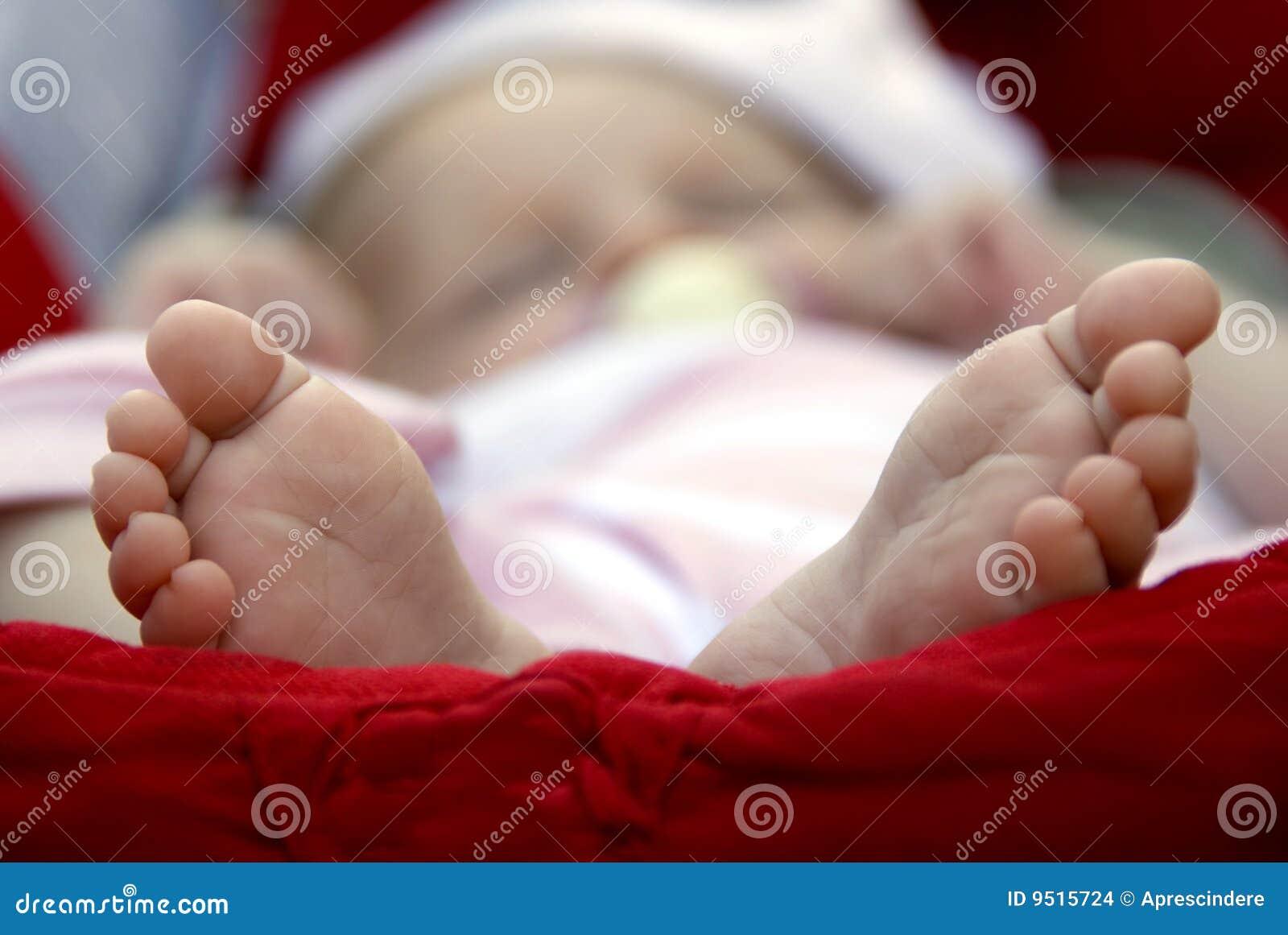 Pasgeboren babyvoeten stock foto afbeelding bestaande uit life 9515724 - Baby voet verkoop ...