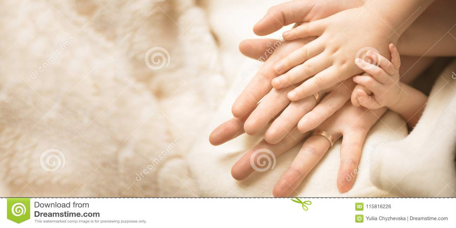 Pasgeboren kindhand Close-up van babyhand in oudershanden Familie, moederschaps en geboorteconcept banner