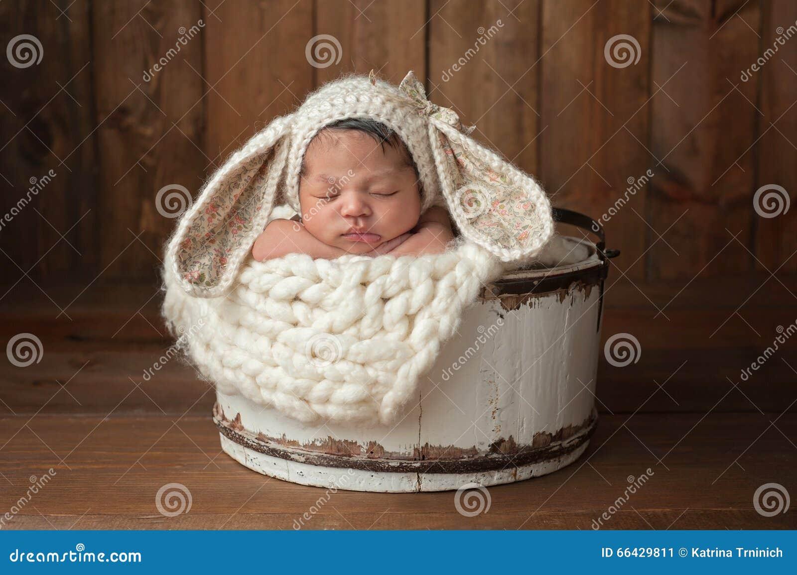 Pasgeboren Meisje die Bunny Bonnet dragen