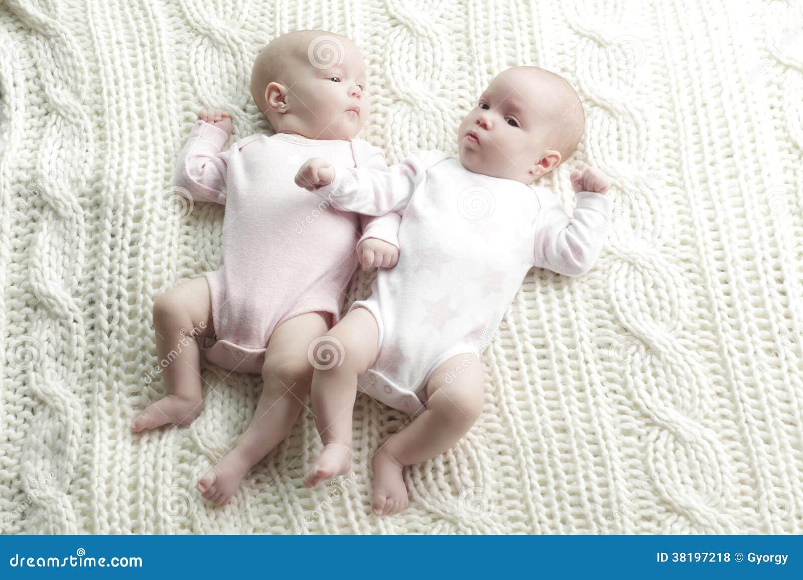 Pasgeboren tweelingenbabys
