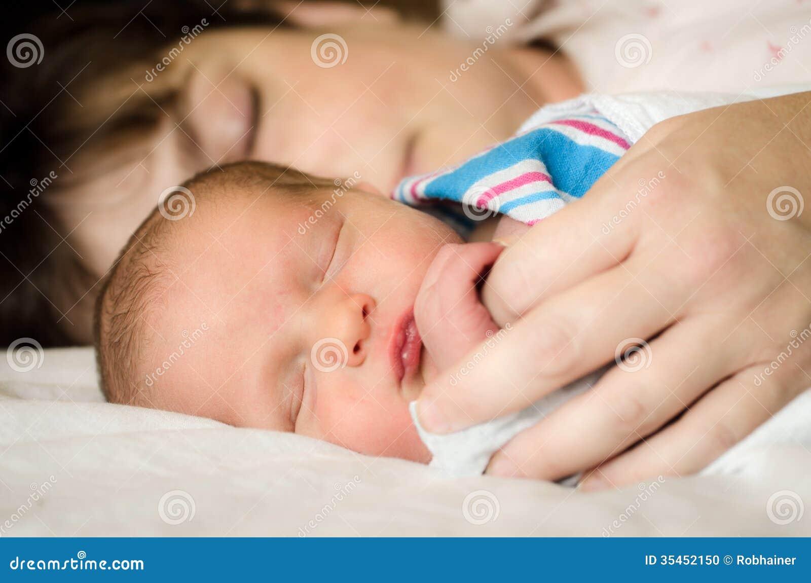 Pasgeboren zuigelingskind die naast moeder na levering rusten