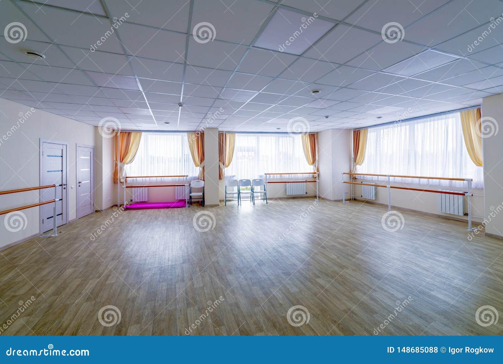 Pasillo de danza gimn?stico de entrenamiento interior con los espejos