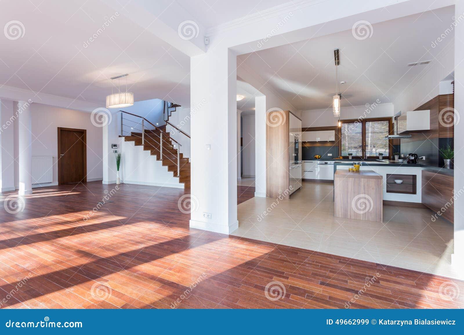 Pasillo espacioso y cocina abierta foto de archivo for Cocinas abiertas al pasillo
