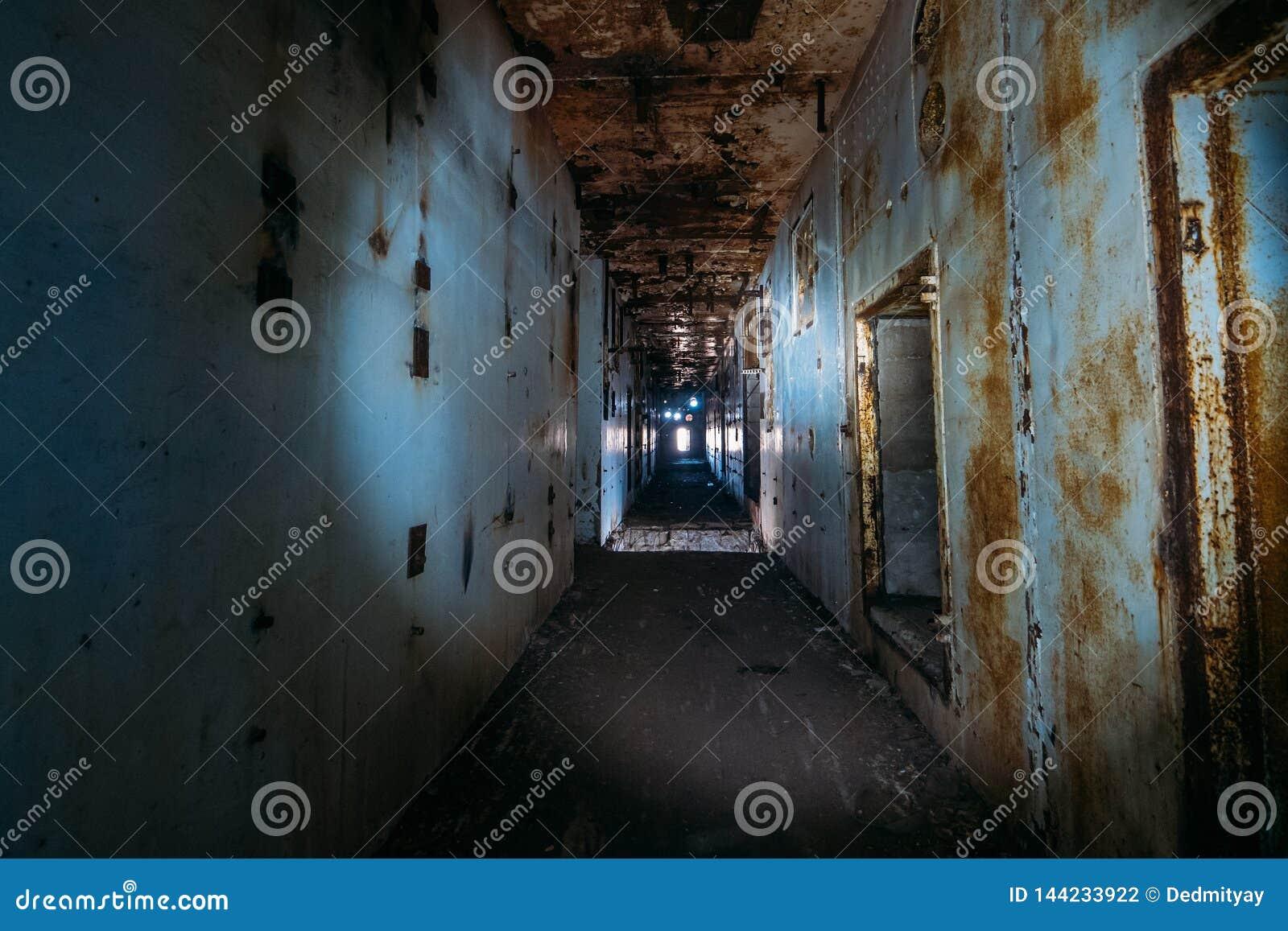 Pasillo espeluznante oscuro en central nuclear abandonada en Crimea Primera opinión de la persona, yendo con la linterna en túnel
