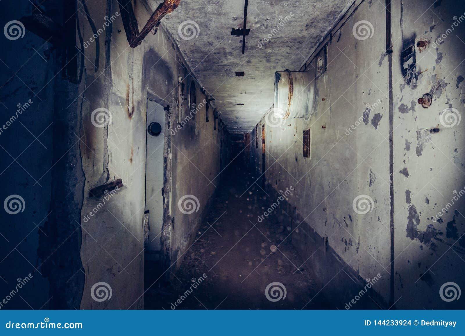 Pasillo espeluznante oscuro en central nuclear abandonada en Crimea Primera opini?n de la persona, yendo con la linterna en t?nel