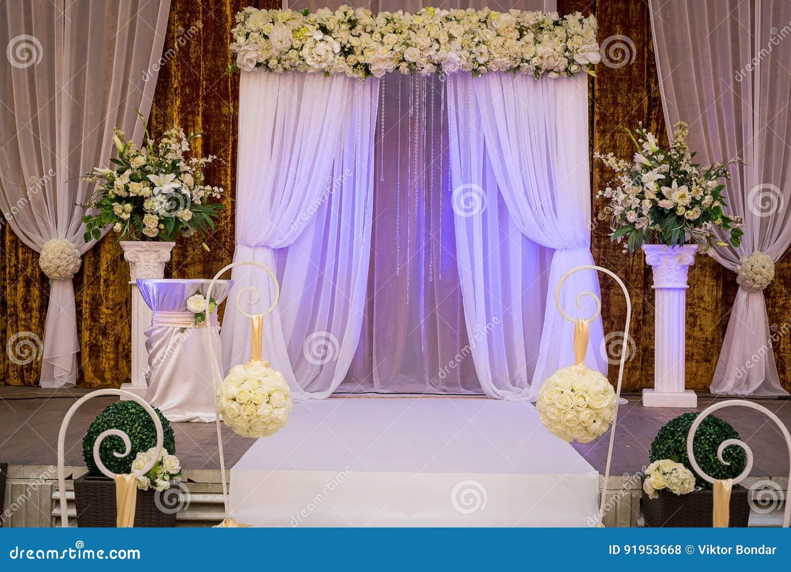 Pasillo listo para las huéspedes, lujo, r que se casa elegante de la ceremonia de boda