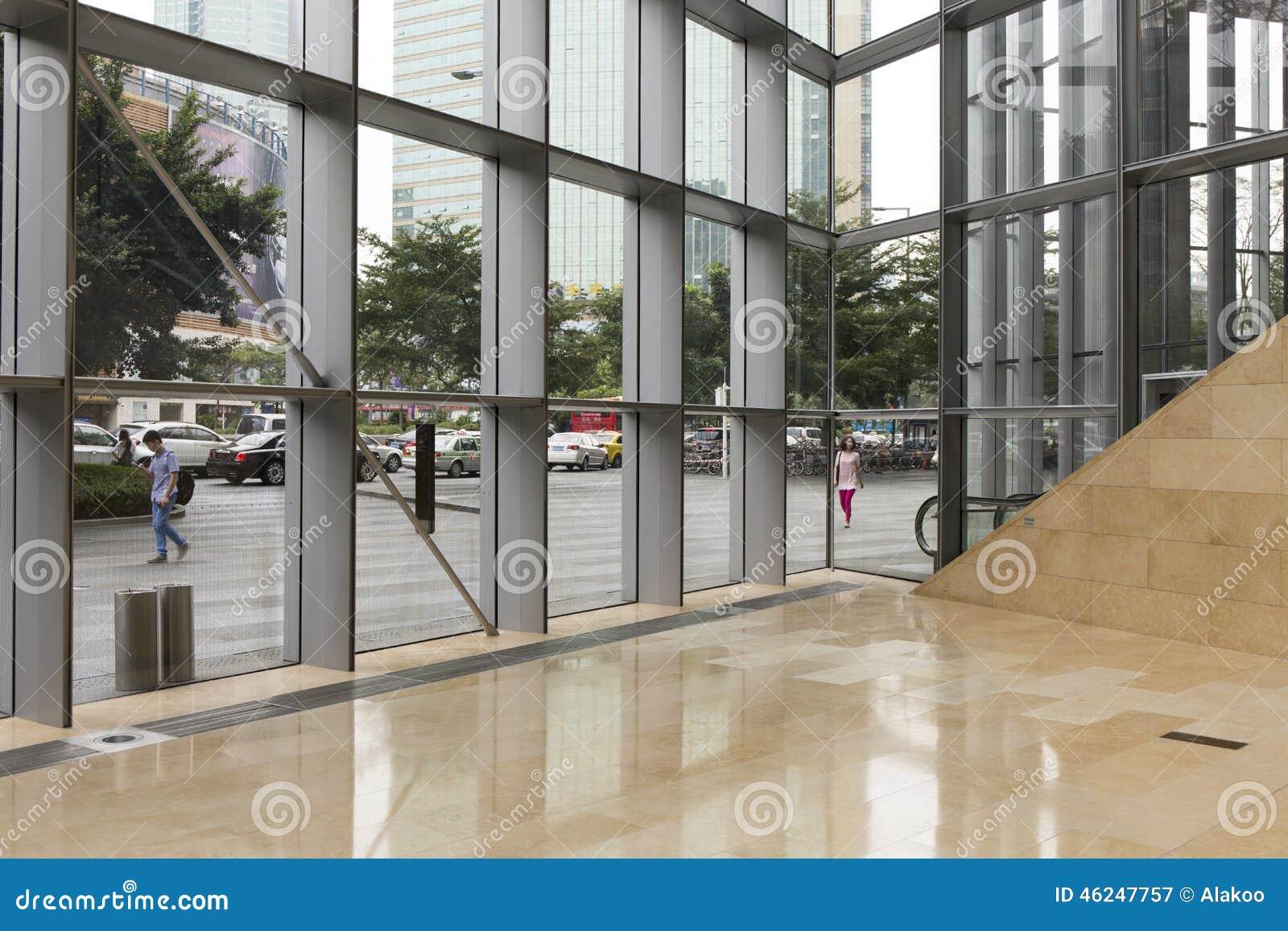 Pasillo Moderno Del Edificio De Oficinas Con La Pared De Cristal ...