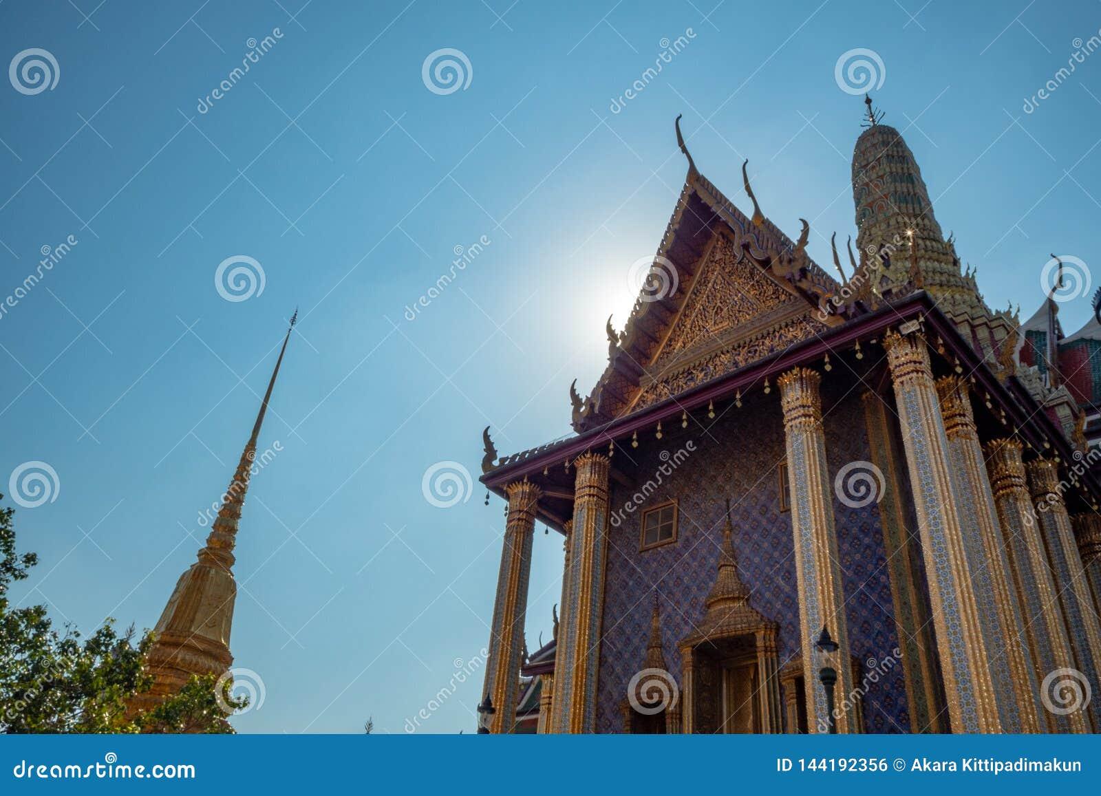 Pasillo principal del templo real en el palacio magnífico de Tailandia en fondo del cielo azul