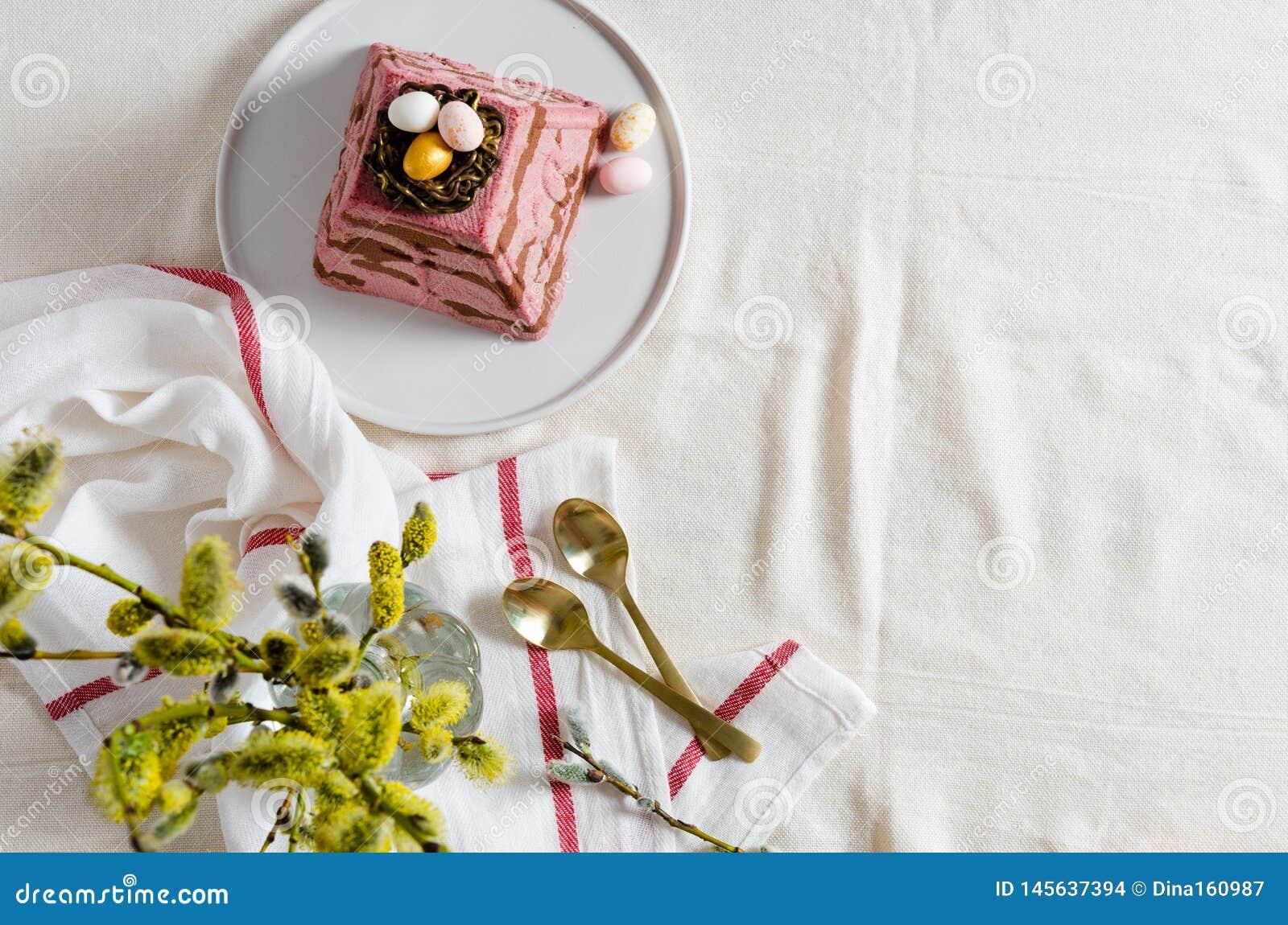 Paskha traditionelles orthodoxes Ostern Quark Dessert Curd Rote Tulpe und farbige Eier Traditioneller H?uschenk?sekuchen Ostern-L