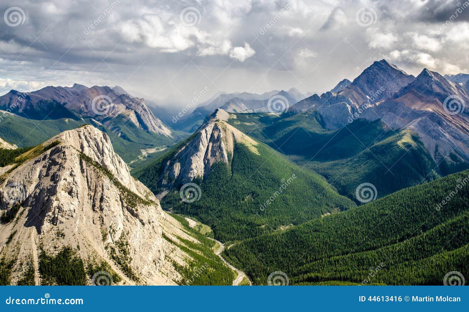 Pasmo górskie krajobrazowy widok w jaspisie NP, Kanada