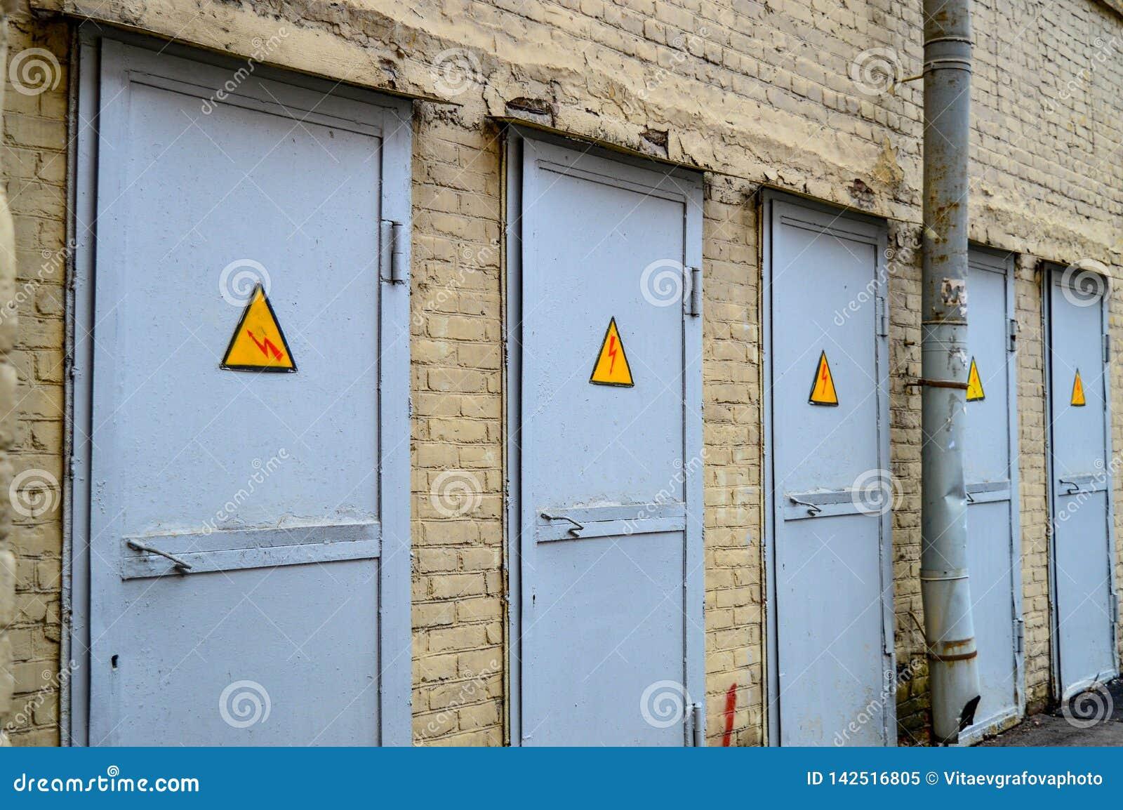 Pasmo popielaci drzwi