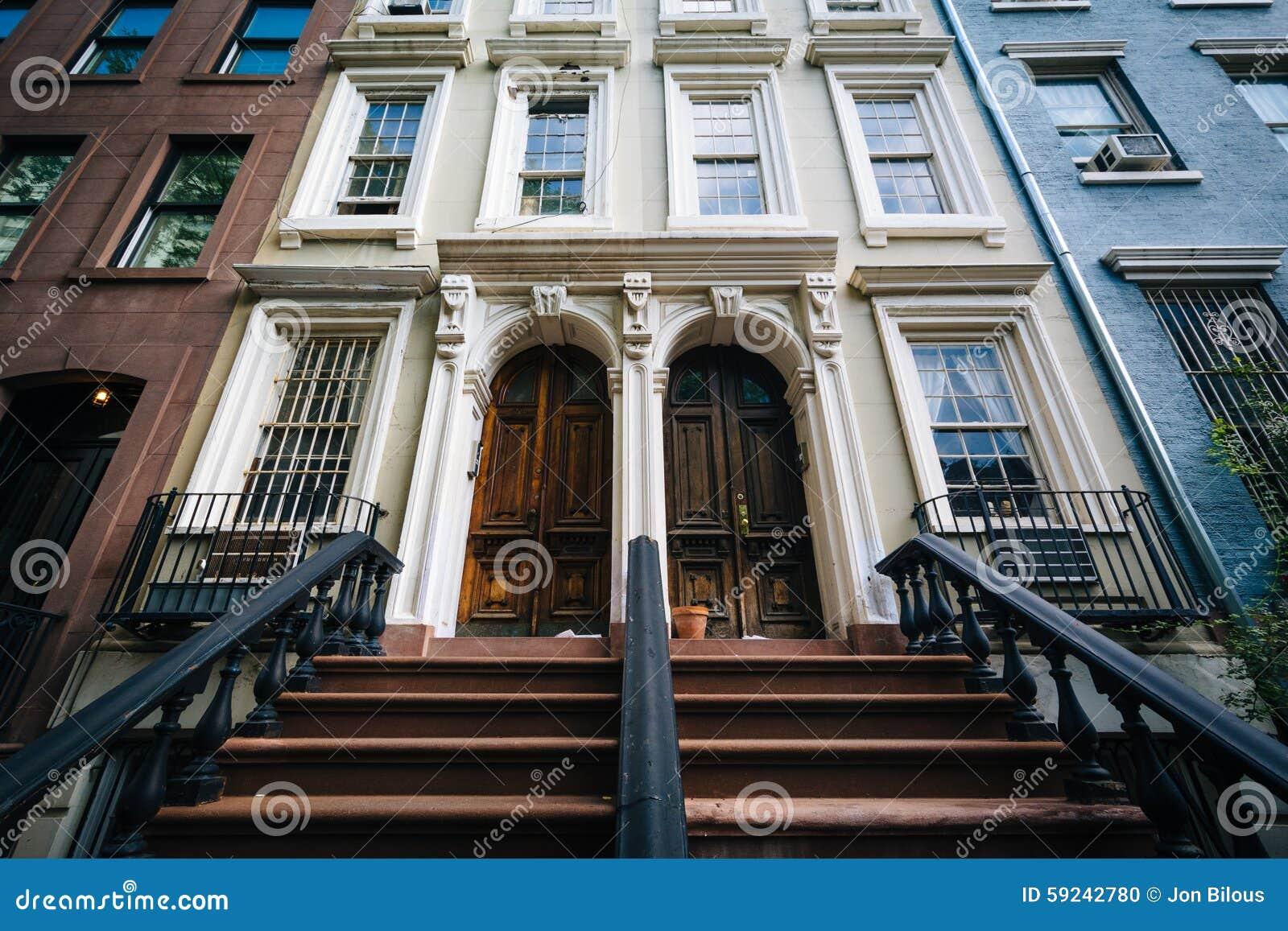 Pasos al edificio elegante en Chelsea, Manhattan, Nueva York