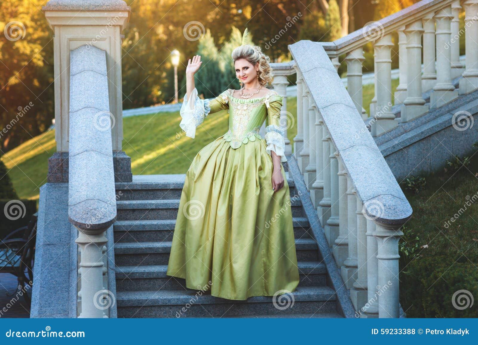 Download Pasos Derechos Del Vestido Real De La Muchacha Del Palacio Foto de archivo - Imagen de clásico, hermoso: 59233388