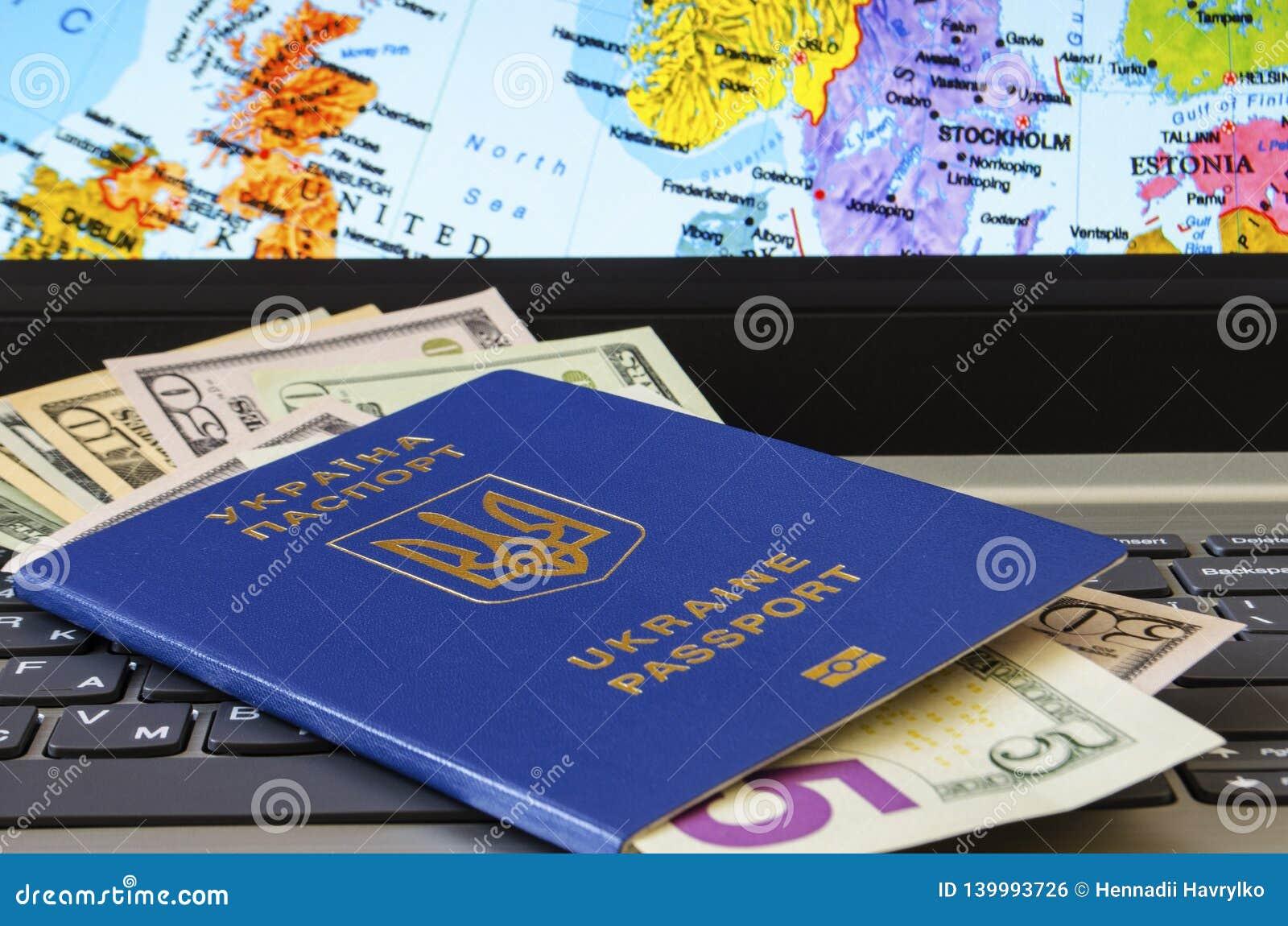 Paspoort met dollarrekeningen op de achtergrond van de kaart van Europa