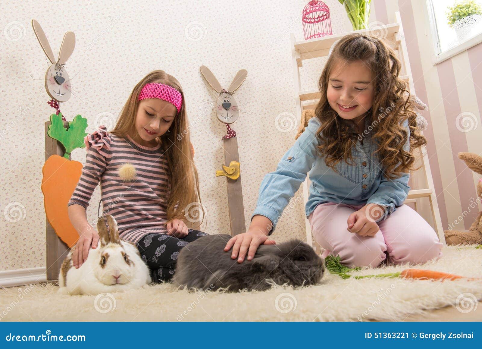 Pasqua - bambine che segnano i conigli, barbabietole della mano