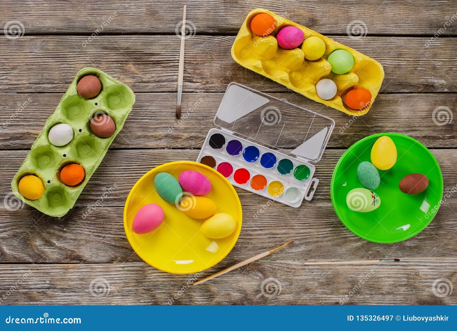 Pasqua Una famiglia felice dipingerà le uova e si preparerà per Pasqua