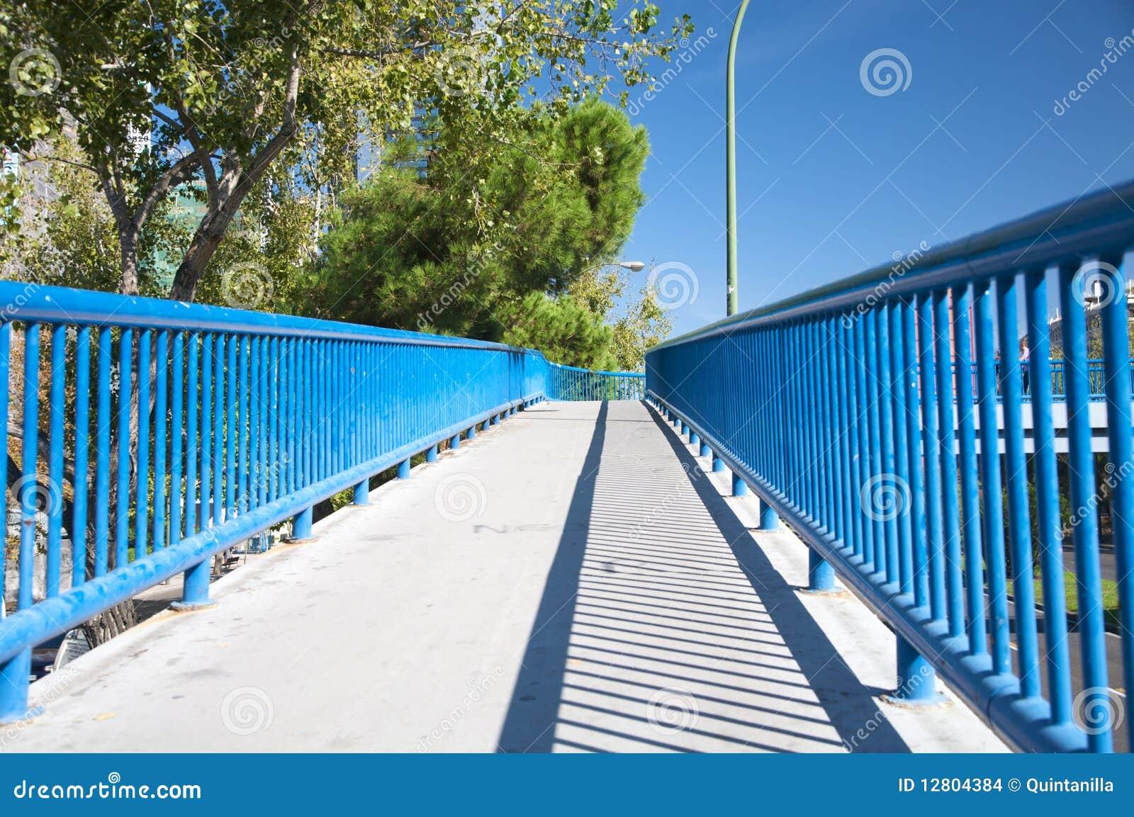 Passadiço com trilhos azuis