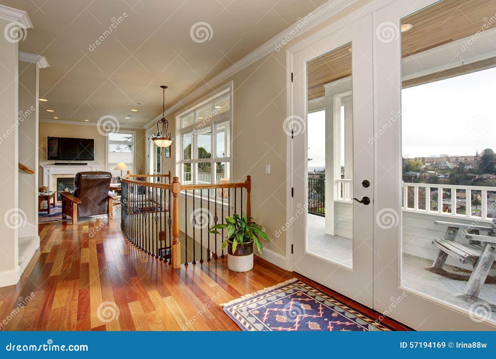 Passage couvert dans la maison de luxe avec les portes en verre image stock image du lumi re for Les maison de luxe