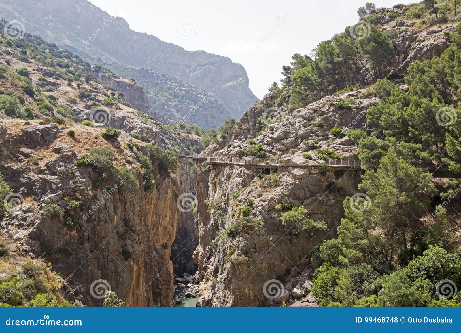 Passage couvert de falaise en gorge étroite
