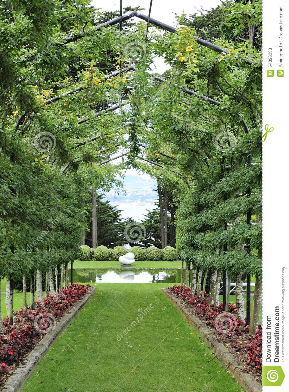 passage couvert de jardin avec la pergola photo stock image 54336233. Black Bedroom Furniture Sets. Home Design Ideas