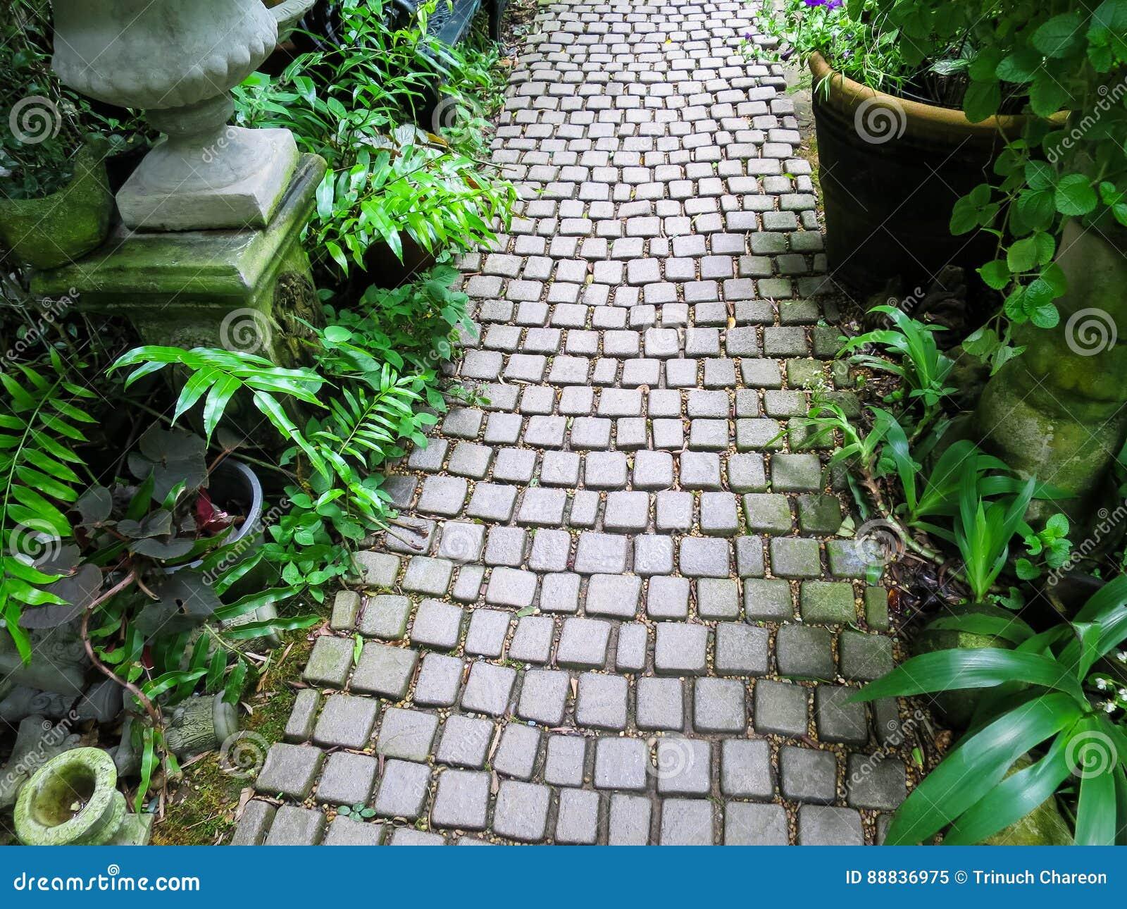 Passage Couvert En Pierre Par Le Jardin Anglais De Style Avec Le