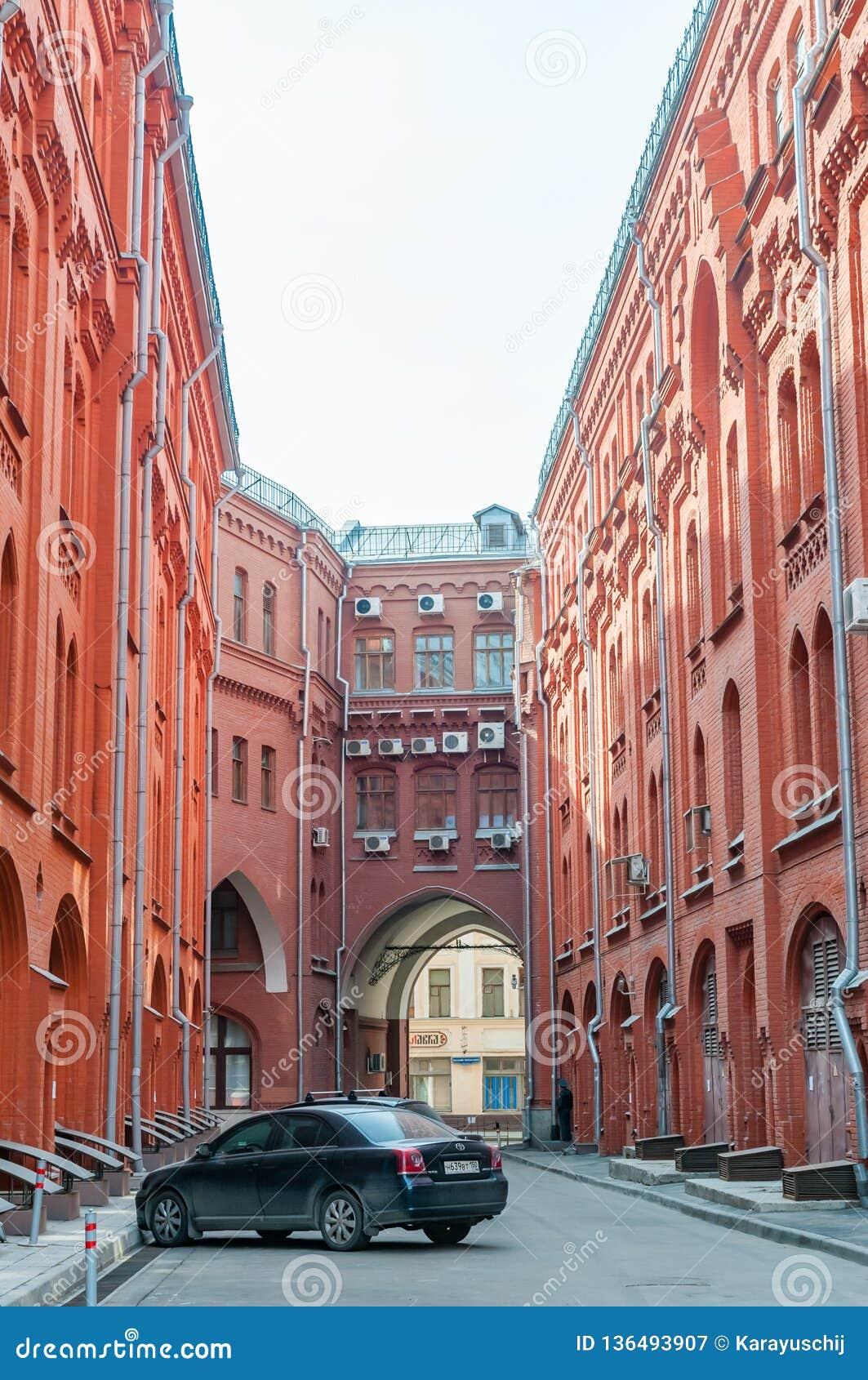 Passage couvert entre la place de Novaya et la ruelle de Bolshaya Cherkassky