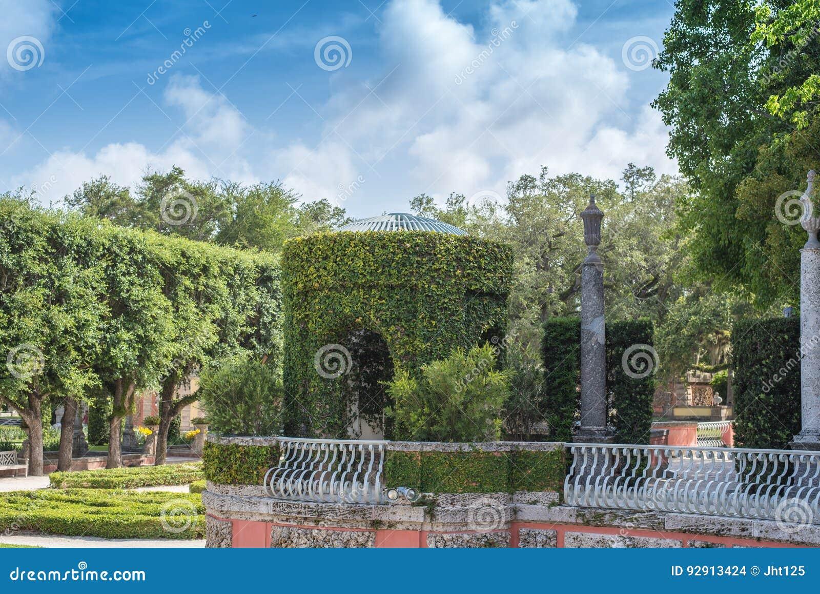 Passage Couvert Rustique De Jardin Avec Des Escaliers Et Des ...