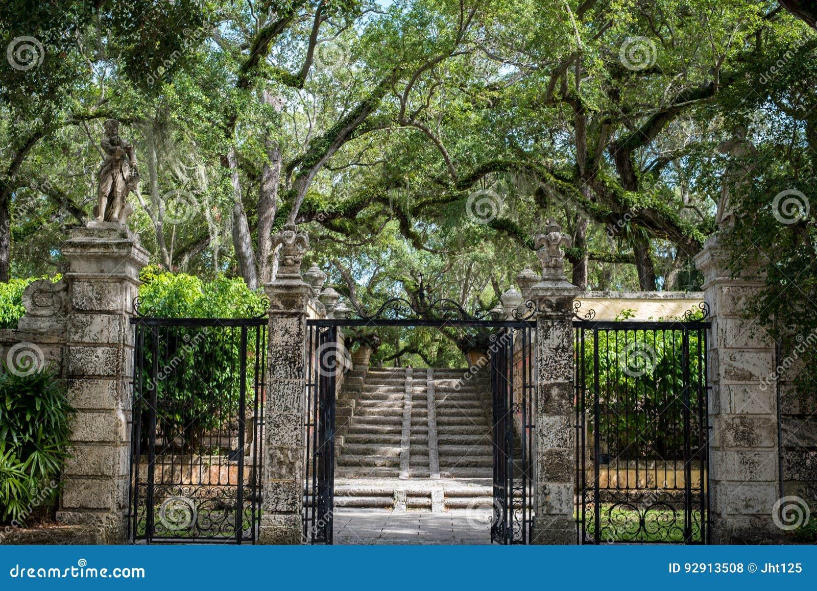 Passage Couvert Rustique De Jardin Avec Des Escaliers Et Des Statues ...