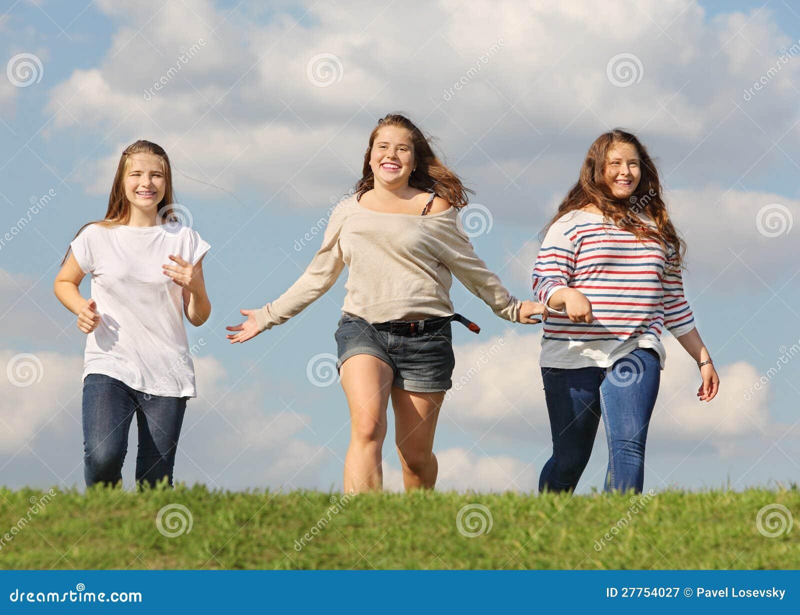 Passage de trois filles à l herbe et au sourire