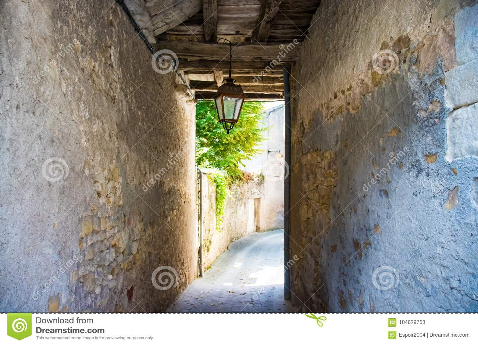 Download Passage In Een Smalle Oude Straat Met Houten Stralen Stock Afbeelding - Afbeelding bestaande uit toerisme, lantaarn: 104629753