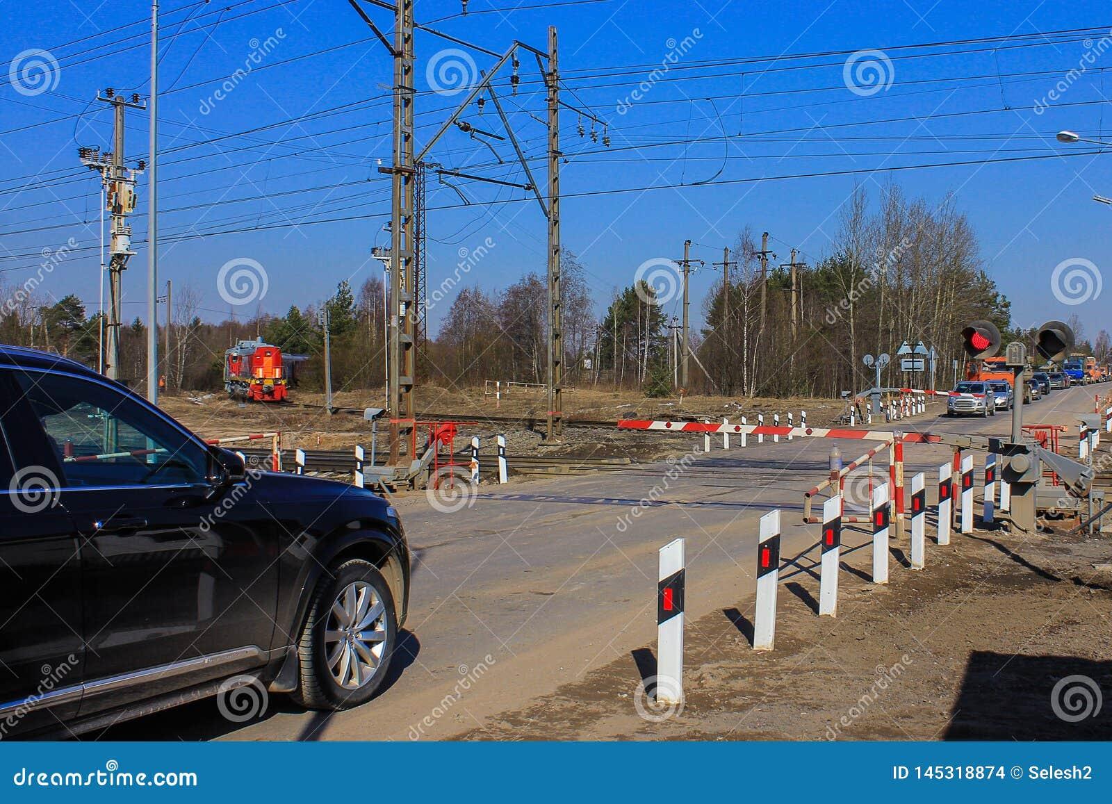 Passage ? niveau ferm? tours de train, voitures attendant l ouverture de la barri?re clignotant une s?maphore