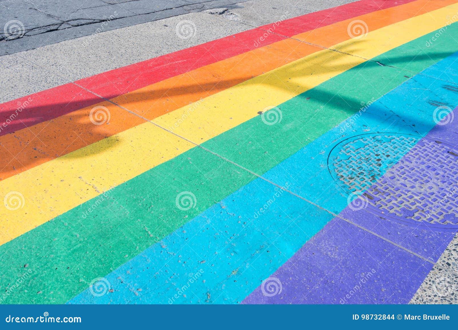 Passage piéton de drapeau de fierté gaie