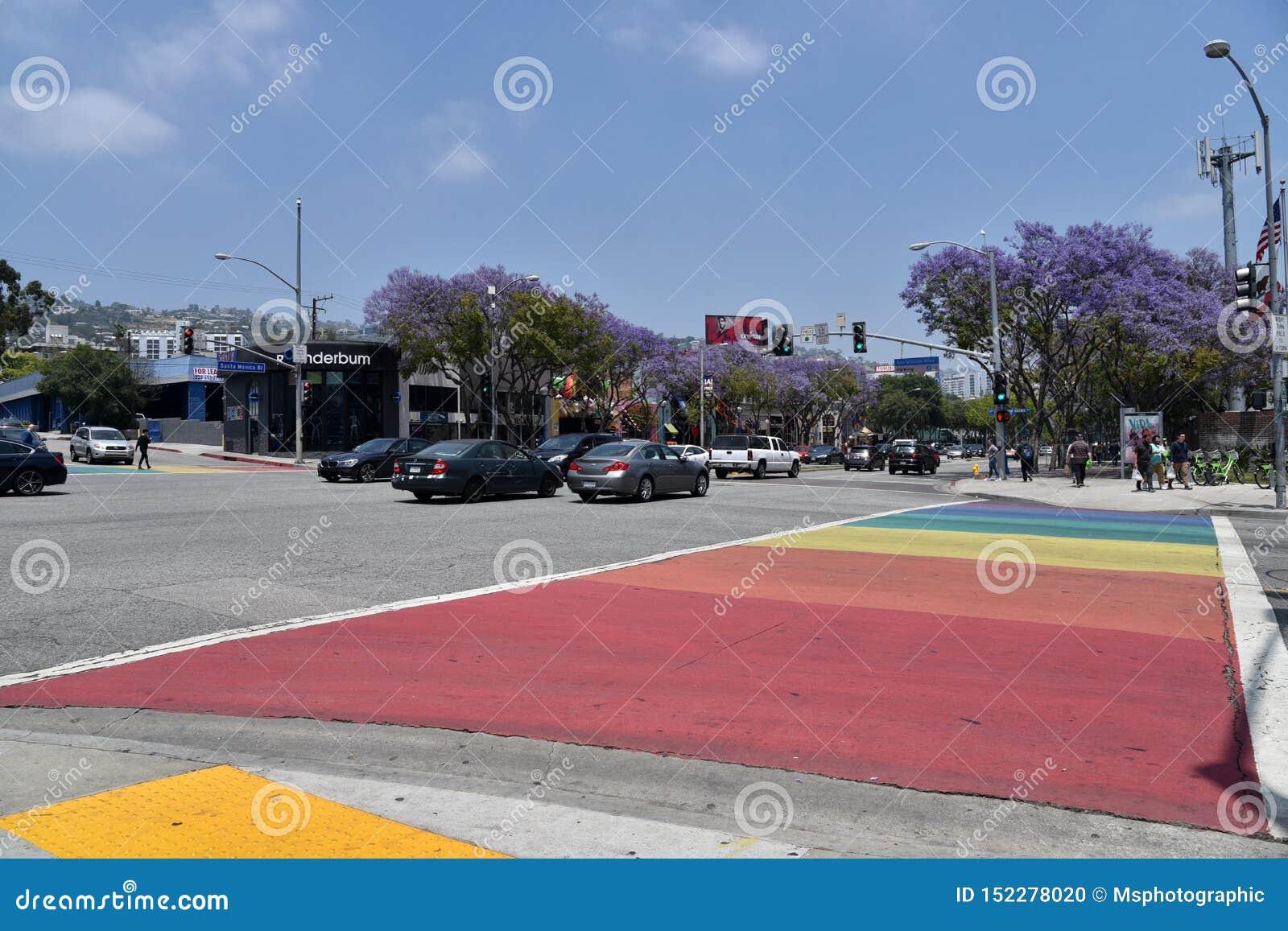 Passage piéton piétonnier peint dans Pride Rainbow gai