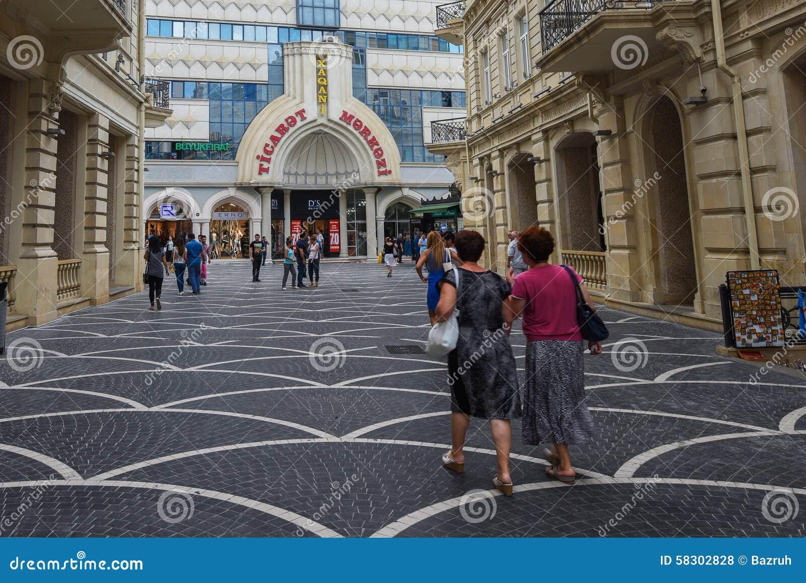 Passagegatan i den Baku staden, shoppar
