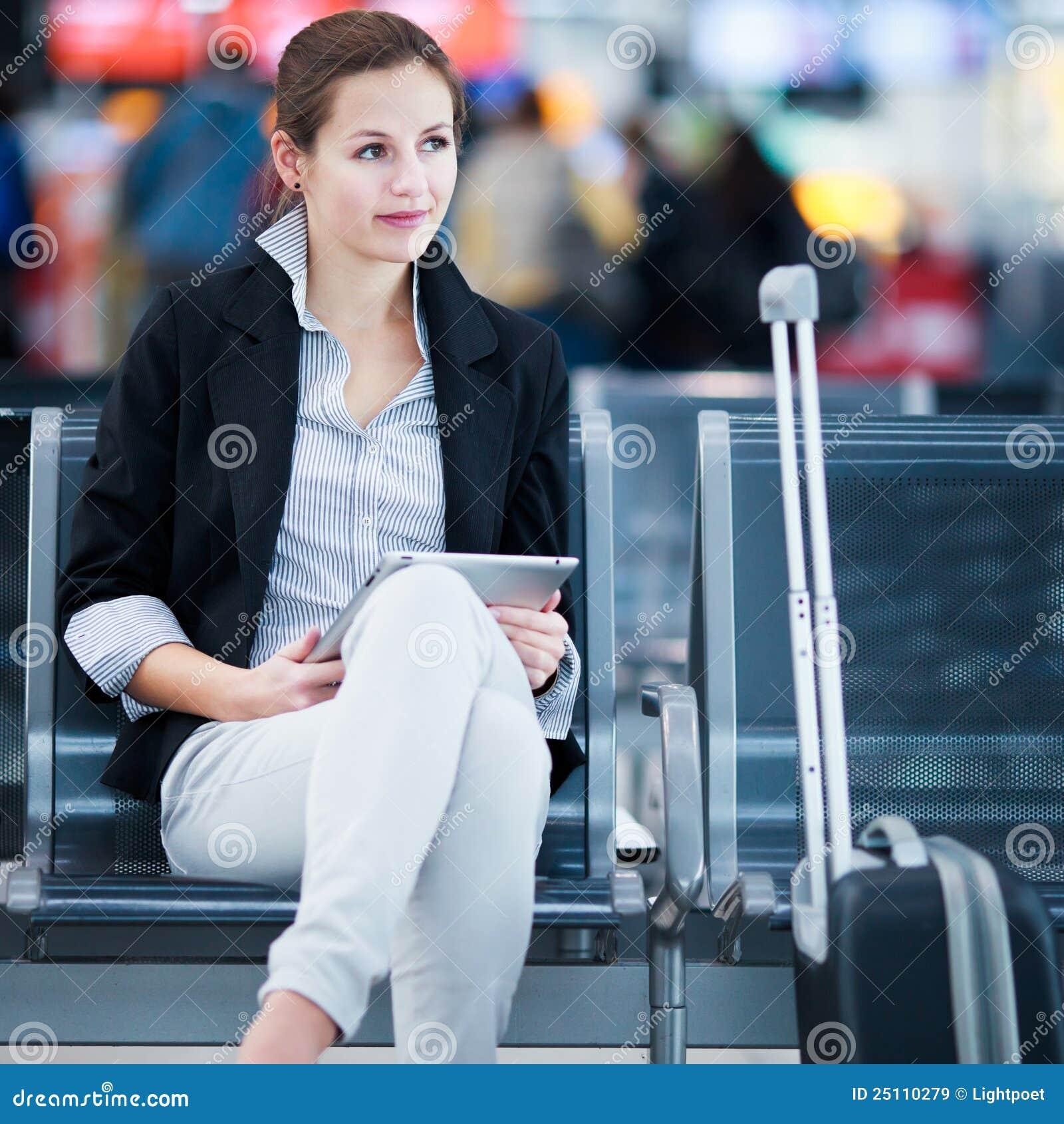 Passageiro fêmea novo no aeroporto,